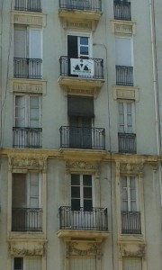 Avenida Perez Galdos, pancarta en ventana