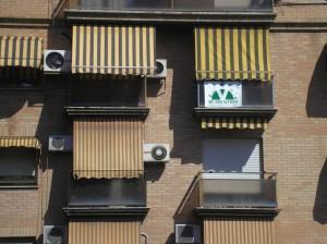 Avenida Perez Galdos pancarta en balcon